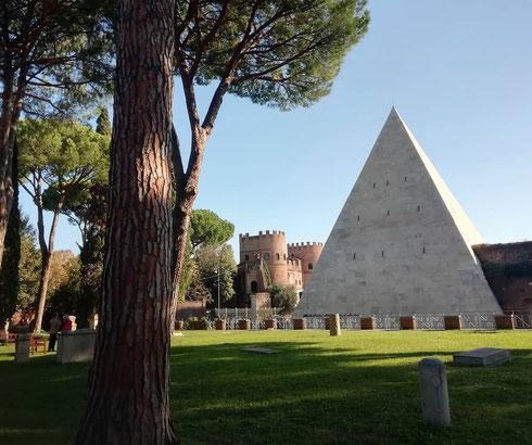 Costruita tra 18 e 12 a.C., la piramide di Caio Cestio non sembrava all'epoca così insolita, visto che l'Egitto era da poco diventato provincia romana. Nel tempo, rimasta unica nel suo genere, divenne per tutti la meta Remi, il sepolcro di Remo