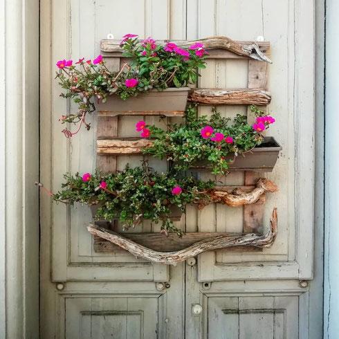 In via Simone di Saint Bon le porte sono in fiore
