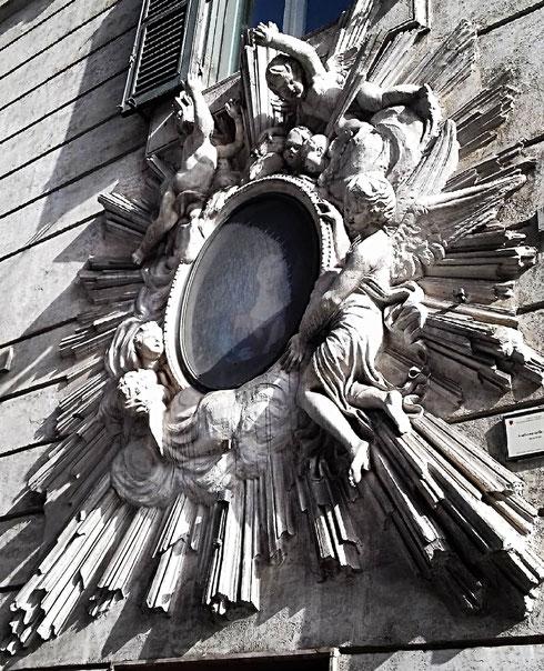 Definirla solo madonnella pare riduttivo; l'edicola settecentesca di via del Plebiscito è davvero imponente