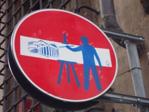 In realtà i segnali stradali avrebbero ben altra funzione, ma non è delizioso questo che qualcuno ha fatto diventare un quadro nel quadro?