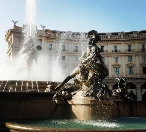 La fontana delle Naiadi a piazza in piazza della Repubblica, da poco rimessa in funzione dopo il restauro, venne realizzata nel 1888 da Mario Rutelli, che venne molto criticato per l'eccessiva sensualità delle Naiadi in bronzo