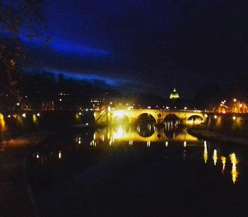 Che sia di sera, di mattina, a mezzogiorno o al tramonto, i ponti di Roma conservano sempre intatto il loro fascino...