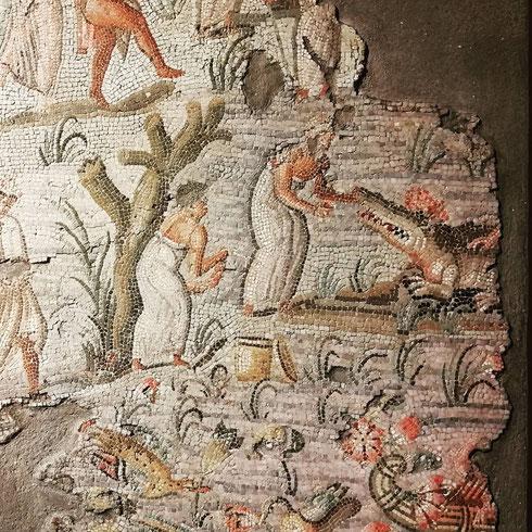 Sulle rive del Nilo alcuni sacerdoti sono impegnati a dare la pappa ai coccodrilli, quelli veri. E affamati, a quanto pare. Il bel mosaico, del I secolo a. C., fu ritrovato nell'area di via Nazionale. Oggi è conservato alla centrale Montemartini