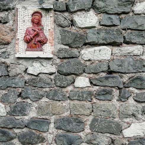 Rapiti dalla bellezza del mausoleo di Cecilia Metella e della chiesetta di san Nicola a Capo di Bove, chissà quanti avranno notato la Madonnella murata subito accanto...a me ci è voluto un po' per vederla