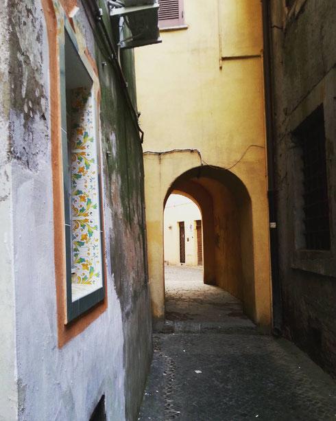 Per quanto si possa camminare, a Roma c'è sempre un vicoletto dove non si è mai passati...questo è accanto alla chiesa di santa Lucia della tinta...