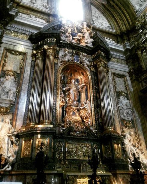 Ogni giorno, alle 17:30, la statua di sant'Ignazio nella chiesa del Gesù prende una boccata d'aria, uscendo dal suo nascondiglio dietro la pala d'altare...