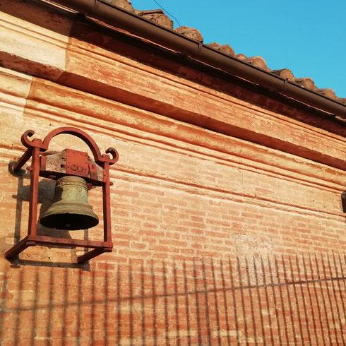 La campanella sul tetto della basilica di San Pietro chiama a raccolta gli angeli che svolazzano sopra al Vaticano. È talmente in alto che solo loro possono sentirla