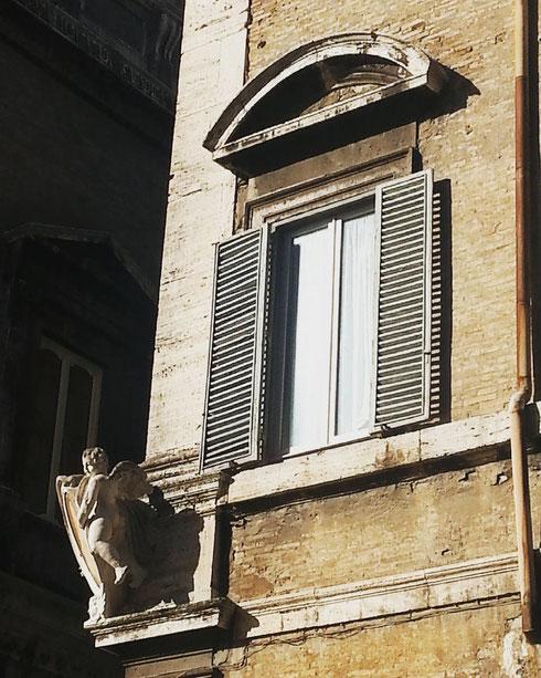 Un angioletto si affaccia timidamente la mattina all'angolo di piazza Farnese...