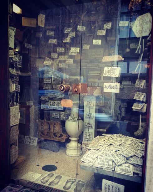 La piccola bottega del marmoraro di via Margutta: targhe grandi e piccole per lasciare mille messaggi