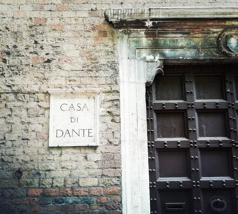 Datato al XIII secolo, il palazzo degli Anguillara a Trastevere ospita dal 1920 la Casa di Dante, che si occupa della promozione delle opere del poeta