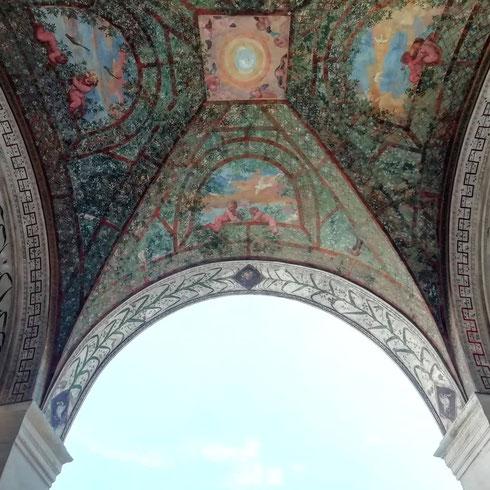 Tra i giardini dipinti più belli della Roma rinascimentale c'è quello del porticato interno di villa Giulia, realizzato alla metà del Cinquecento