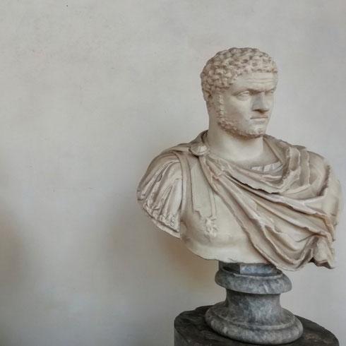 Fonti certe mi dicono che, nei ritratti, Caracalla guarda sempre di lato...in effetti, visto la vita turbolenta che ha condotto e la morte violenta, ci credo che volesse guardarsi sempre le spalle.  Comunque è vero, in ogni ritratto - come questo delle terme di Diocleziano - l'imperatore pare distratto da qualcosa