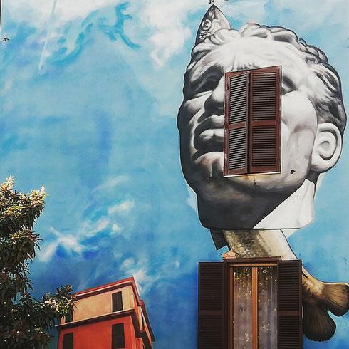 Tra i condomini di Tor Marancia spunta un murale degno della miglior pittura metafisica...l'autore è Gaia, alias Andrew Pisacane, il titolo - suggerito dagli abitanti del quartiere - spettacolo, rinnovamento, maturità. Ancora una volta il riferimento è agli sventramenti della spina di Borgo