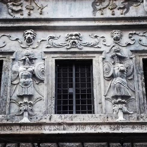 La casa dei Pupazzi, al 22 di via dei Banchi Vecchi, è la residenza che l'orefice milanese Pietro Crivelli si fece costruire negli anni '30 del '500