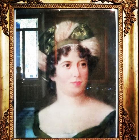 Affacciata dal quadro come se fosse in finestra, di fronte ad una vera finestra che si riflette sul vetro, madame de Stael osserva i (pochi) visitatori del museo Napoleonico.