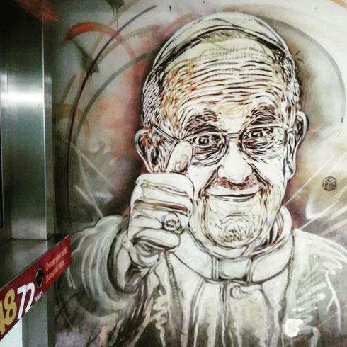 Papa Francesco alla biglietteria della stazione metro a piazza di Spagna...dall'espressione soddisfatta si direbbe che ha ottenuto un'agevolazione sul costo dell'abbonamento