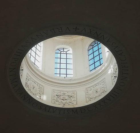 Il lanternino della volta del tempio di Romolo, un tempo vestibolo della basilica dei santi Cosma e Damiano, apre uno squarcio nel buio