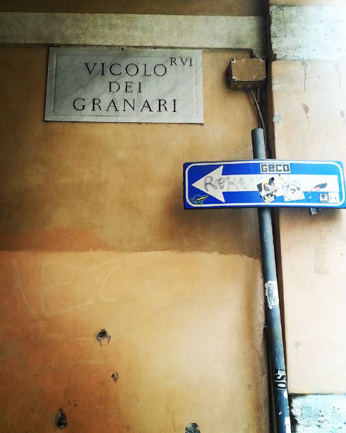 Dietro piazza Navona , vicolo dei Granari prende il nome dai magazzini del grano che un tempo si trovavano qui