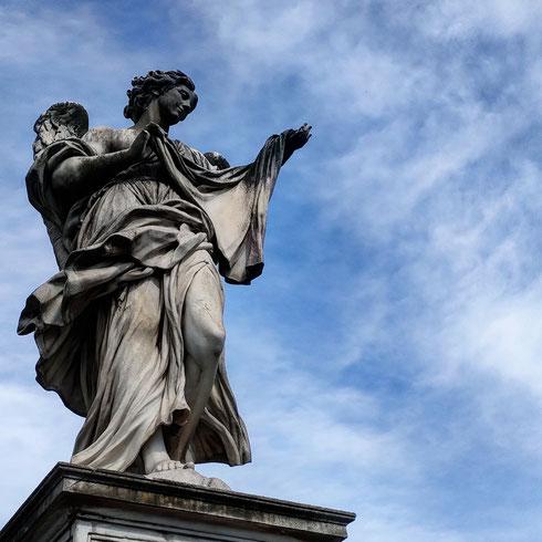 Quando Bernini ricevette la commissione per decorare il ponte che conduceva a castel sant'Angelo non ci pensò due volte, e decise di immaginare un vero e proprio cammino paradisiaco, con gli angeli che accompagnano il fedele (che oggi è più spesso il turista) verso il castello e san Pietro.  Com'è noto, lui decise di scolpire solo due angeli, quello col cartiglio e quello con la corona di spine, che poi non furono mai collocati sul ponte e che oggi stanno al riparo nella borsa di sant'Andrea delle Fratte.  Tutti gli altri vennero affidati ai suoi aiuti: l'angelo con il velo della Veronica è per esempio opera di Cosimo Fancelli, che pare mettere in scena una delicata sartina mentre mostra i suoi scampoli di tessuto ai passanti, e pare dire: sentite qua che morbidezza, con questo taffetà le faccio una  camicetta che tutti le invidieranno...