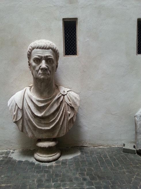 Sembra proprio infastidito dalla nostra presenza il busto del cortile di palazzo Lancellotti. Meglio lasciarlo solo...