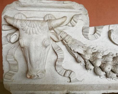 Oggi abbastanza spoglio, il mausoleo di Adriano era in origine ricco di decorazioni, come lascia intuire il frammento del basamento