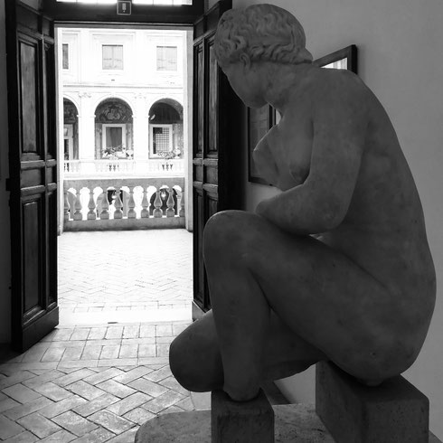 Anche se a volte la manca qualche pezzo, Venere è la più bella tra le dee...qui a palazzo Altemps ha appena fatto il bagno ed è pronta per uscire. Anche se, con questo tempo, preferirebbe starsene in casa...