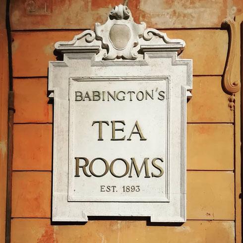 Dal 1893, quando giunsero a Roma due signorine inglesi di buona famiglia decise a esportare l'usanza very British di bere il tè, Babingtons a piazza di Spagna è l'angolo più elegante della città
