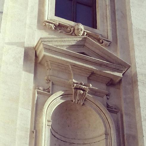 Qualcuno osserva in silenzio dalla facciata della chiesa di san Carlo ai Catinari