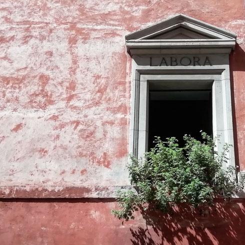 Accanto a santa Prassede, le finestre invitano al lavoro...ma non per oggi, che a Roma è lunedì, ma di festa