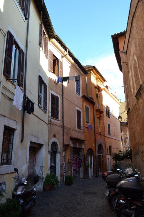 Passeggiando tra le stradine di Trastevere è facile trovare scorci fuori dal tempo (e case prive di asciugatrici...)