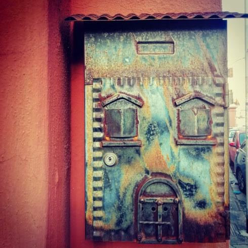 Da bambina sognavo di avere una cassetta della posta come quella di Paperino a Paperopoli, e ancora oggi non mi rassegno a quella anonima del condominio dove abito. Per questo, quando ne vedo una come quella di via Alba, il mio cuore ha un sussulto...