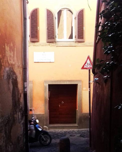A piedi (meglio), in bici o in motorino come quello che nella foto sfreccia su via dei Genovesi...tra i vicoli di Trastevere non conviene andare in auto