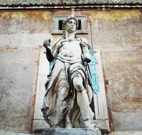 Titolare per oltre duecento anni del posto in cima al Castello, l'angelo di Raffaele da Montelupo venne danneggiato nel '700 e ricoverato nel cortile che da allora porta il suo nome