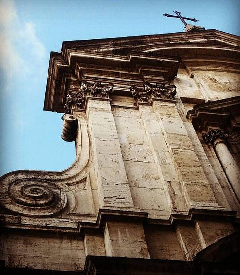 San Girolamo della Carità su via di Monserrato è una di quelle chiese che bisogna guardare storcendo un po' il collo, visto che lo spazio davanti non è così ampio...ma lo sforzo è ben ripagato...