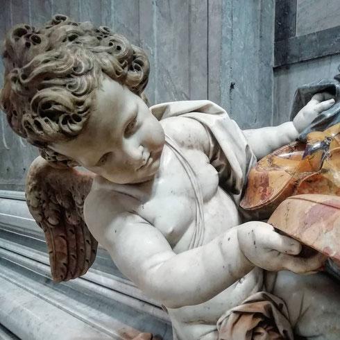 Si fa presto a dire puttino: quelli di san Pietro, a prima vista tanto teneri e pucciosi, sono giganti alti due metri