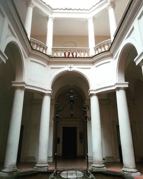 E se le chiesa vi sembra bella, date un'occhiata al chiostro di San Carlino, una piccola - minuscola - oasi di pace in pieno centro