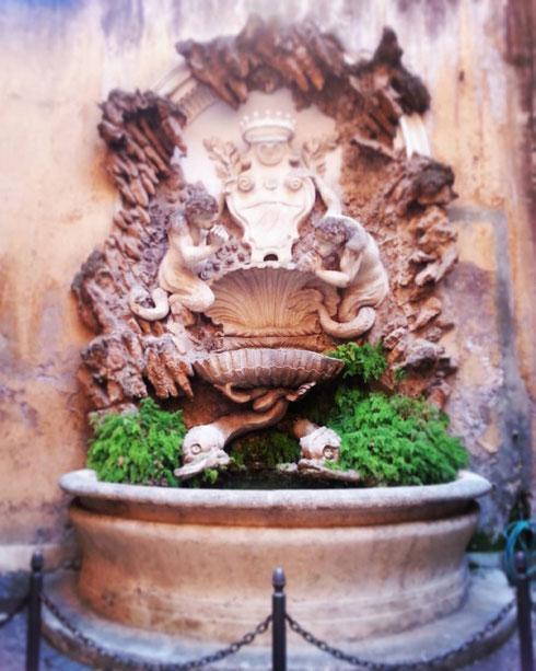 In via della Panetteria 15, in un insospettabile cortile condominiale, se ne sta tranquilla una fontana che Bernini progettò nel 1667