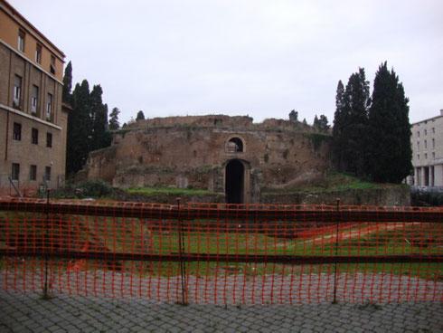Povero mausoleo di Augusto! Anche nel bimillenario della morte dell'imperatore sembra sarà difficile riuscire a vederlo restaurato ed aperto al pubblico...ci toccherà attendere ancora qualche migliaio di anni?