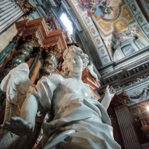Gli angeli della chiesa di sant'Ignazio hanno sempre qualcosa da fare, cose da indicare, fedeli da accompagnare verso il sacro...questo dell'altare dell'Annunciazione ci invita per esempio a guardare la grande pala in marmo di Filippo Della Valle