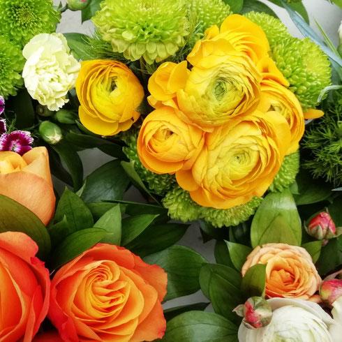 Il tempo è bigio, ma se ci sono i ranuncoli gialli a Campo de' Fiori la giornata sembra più bella, non trovate? Poi i ranuncoli sono i miei preferiti...voi quali fiori amate di più?