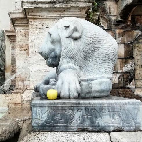 Gedeone, il leone della fontana del Mosè di piazza san Bernardo, ha deciso di diventare vegetariano.   Non caccia più antilopi e gnu (troppo faticoso andarseli a cercare, poi in centro città) ma mangia insalata e tofu, e come spuntino si porta sempre una mela sul posto di lavoro