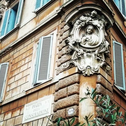 La bella Madonnella di piazza della Consolazione, angolo via dei Fienili, risale al XVIII secolo, ma venne posta all'angolo di questo edificio solo all'inizio del Novecento