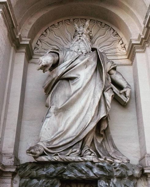 La fontana del Mosè venne costruita per volere di papa Sisto V per portare acqua sui colli del Quirinale e Viminale...la leggenda (falsa) vuole che Prospero Antichi, autore del Mosè, si sia suicidato per le critiche alla sua statua