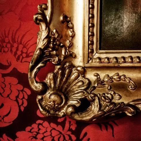 C'è qualcosa di più sontuoso di una cornice dorata su di un parato rosso?