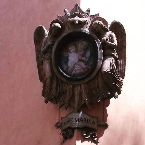 Tra via dell'Umiltà e via dell'Archetto, la madonnella sorveglia i passanti