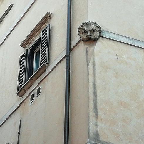 Un faccione (di cattivo umore) ci scruta da piazza Pollarola