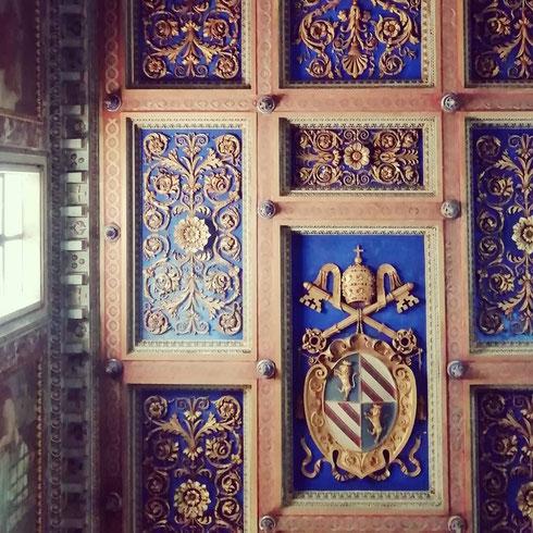 A san Nicola in Carcere il cielo è dipinto di blu. Costruita nel VI secolo, la chiesa occupa lo spazio dell'antico foro Olitorio e dei tre templi di Giunone Sopita, Giano e Spes, i cui resti sono visibili nel sotterranei della chiesa stessa