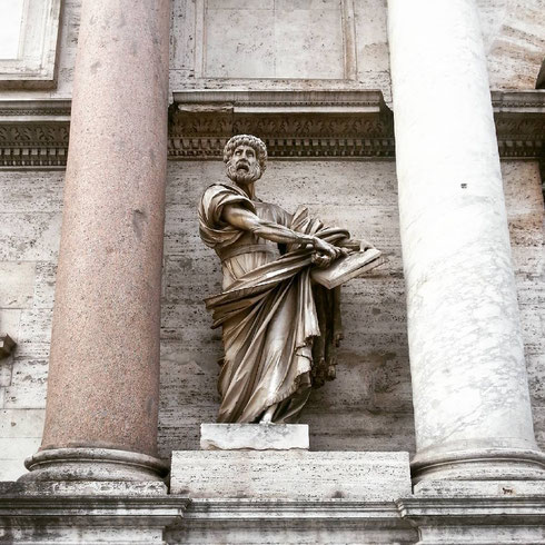 Il san Pietro che staziona appena fuori porta del Popolo ha l'aria di chi si è proprio stancato di aspettare...
