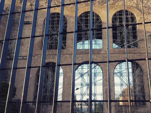 Pare che ultimamente la basilica di Massenzio veda il sole a scacchi