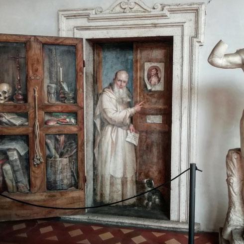 La frequentazione tra il museo nazionale romano e i gatti è secolare: la prova sta in quest'olio su muro opera di Filippo Balbi, che a metà Ottocento dipinge il certosino Fercoldo, padre di papa Clemente IV, diventato Monaco alla morte della moglie. E un gatto lo osserva curioso
